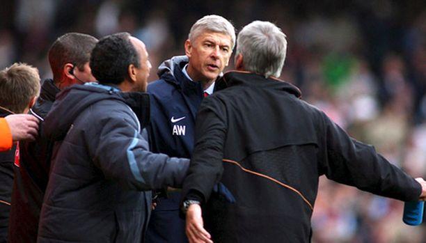 Arsene Wenger kimpaantui West Hamia luotsaavan Alan Pardewin tavasta juhlia voitto-osumaa.
