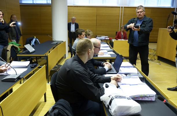 Paloittelumurhasta aiemmin tuomittu mies esiintyi maanantain Helsingin käräjäoikeudessa mustissa vaatteissa.
