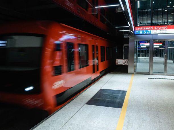 Poliisi tuli selvittämään ilmoitusta Lauttasaaren metroasemalle usean yksikön voimin.