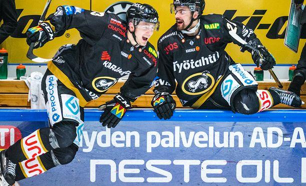 Kristian Vesalaisen (vas.) playoff-saldo on 4+3=7. Hän ratkaisi välieräsarjan HIFK:ta vastaan seitsemännen ottelun voittomaalillaan.