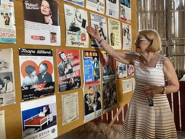 Hovilan kartanon toinen omistaja Arja Torkkomäki esittelee vanhoja mainoksia kartanon nostalgianäyttelyssä.