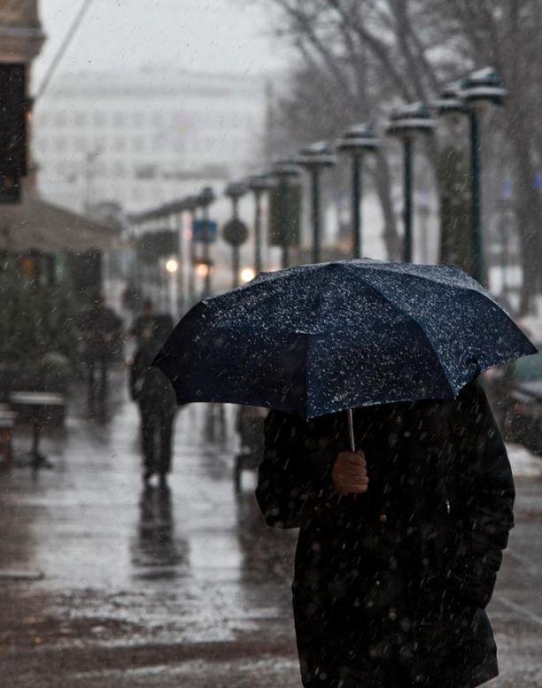 Luminen keli vaihtui Helsingissä vesisateeksi.