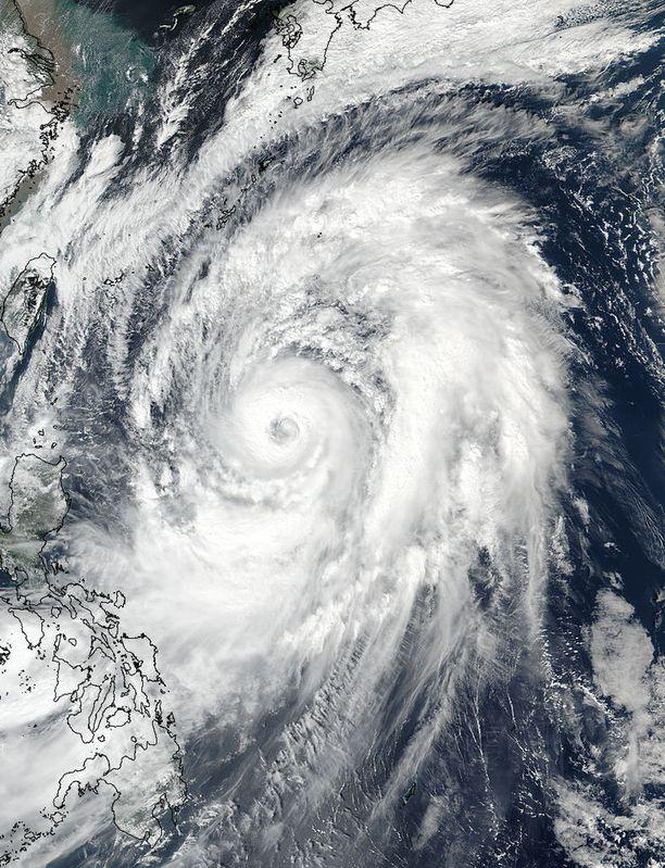 Japanin ilmatieteenlaitos kuvailee Lan-taifuunia todella suureksi ja todella voimakkaaksi.
