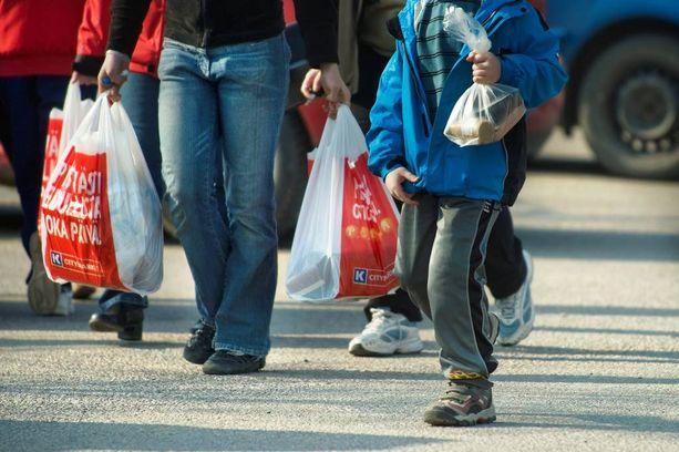 Suomen ympäristökeskuksen selvityksessä ehdotetaan ympäristöministeriölle, että kaupat voisivat esimerkiksi järjestää asiakkaille suunnattuja valistuskampanjoita, jos ne eivät halua luopua kaikista ilmaisista muovipusseista.