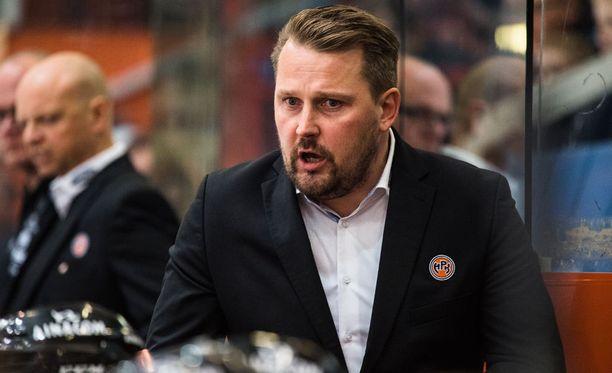 Antti Pennanen käytti hyväkseen sääntöpykälää, jonka mukaan valmentaja voi haastaa erotuomarin päätöksen maalivahdin häirintätilanteissa.