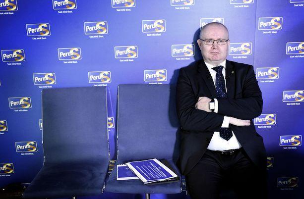 Oikeus- ja työministeri Jari Lindström ei ole vielä taipunut lukuisiin pyyntöihin lähteä mukaan perussuomalaisten puheenjohtajakisaan.