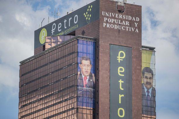 Venezuelan pääkaupungissa on rakennus, jonka seinää koristavat Chavezin ja Maduron kuvat.