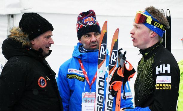 Sauli Niinistö (vas.), Mika Kulmala ja Iivo Niskanen rupattelivat mukavia pyhänä Lahdessa.