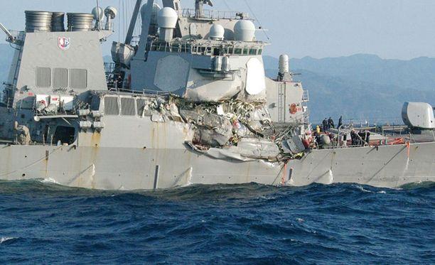 Yhdysvaltain laivaston hävittäjä kärsi törmäyksessä huomattavia vaurioita.
