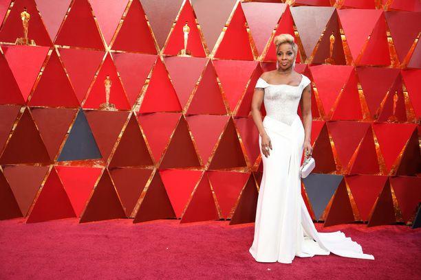 Mary J. Blige edusti upeassa valkoisessa iltapuvussa. Mary J. Blige on ehdolla kahdessa kategoriassa, naissivuosan Oscar-palkintoon sekä vuoden kappaleeseen. Yhdistelmä on harvinainen ja jopa niin poikkeuksellinen, että J. Blige on ensimmäinen, joka on ehdolla molemmista kategorioista samassa gaalassa.