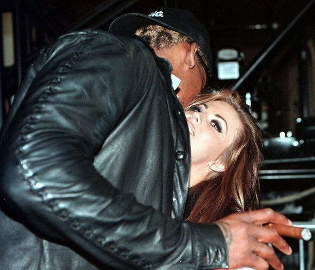 Carmen Electra ja Dennis Rodman menivät naimisiin railakkaan juhlinnan tuoksinassa.