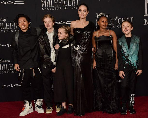 Angelina Jolie ja lähes koko lapsikatras: Pax, Shiloh, Vivienne, Zahara ja Knox.