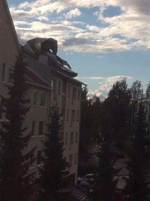 Peltikate jäi rullalle kerrostalon katolle.