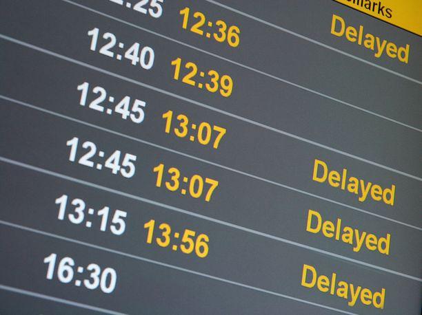 Vakuutuksesta voi olla apua, jos lennon myöhästyminen vie paikan jatkolennolta.