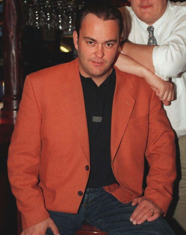 Tässä kuvassa Olli Keskinen poseeraa 1996, vuosi kistastudion jälkeen. Mutta oranssi pikkutakki oli hänen vakiovarusteensa myös kiekkostudiossa.