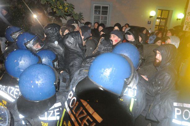 Noin  400 AfD:n kannattajaa ja pari tuhatta äärioikeiston vastustajaa osoitti mieltään Freiburgissa maanantaina.