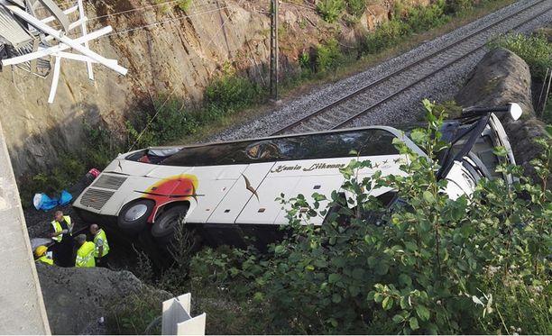 Ennen junaradalle syöksymistään bussi törmäsi viiteen henkilöautoon.
