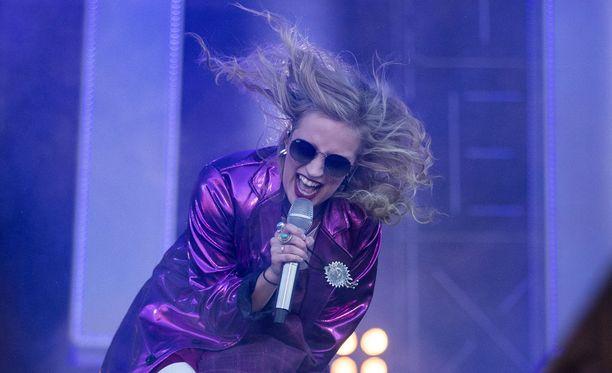 Elli Haloo vaihtoi blondin tukkansa punaiseen.