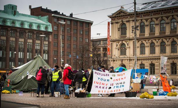 Joukko turvapaikanhakijoita on osoittanut mieltään Rautatientorilla jo viikkoja Suomen turvapaikkapolitiikasta.
