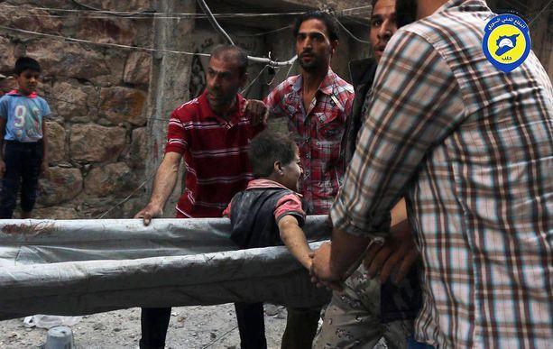 Itä-Aleppon pommituksissa haavoittunut poika vietiin hoitoon.