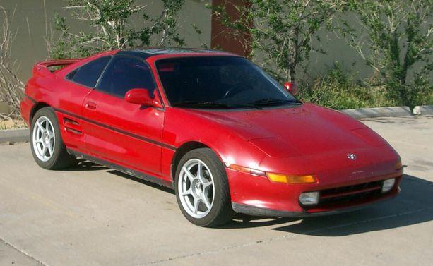 Tuunaamattomana punainen Toyota MR2 näyttää varsin arkiselta autolta.