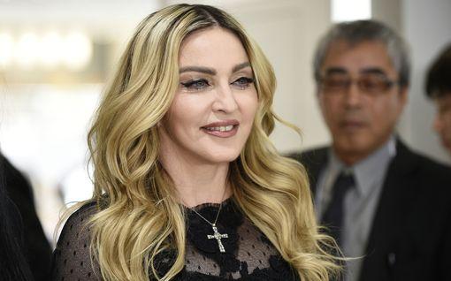 Madonna osallistui Black Lives Matter -mielenosoitukseen Lontoossa – käveli kainalosauvojen kera