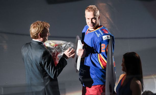 Hjallis Harkimo palkitsi Jani Ridan tämän 600:nnessa Jokerit-ottelussa viime joulukuussa.