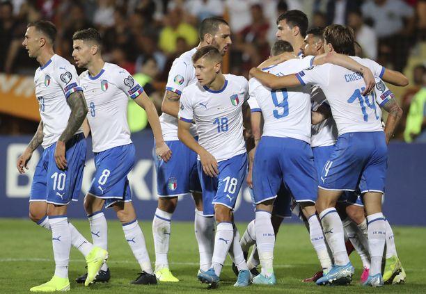 Italian pelaajat juhlivat vierasvoittoa Jerevanista.