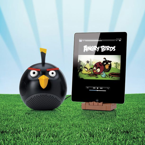 Mustassa Black Bird -kaiuttimessa on mukana myös latausteline iPadin ja iPhonen käyttäjille.