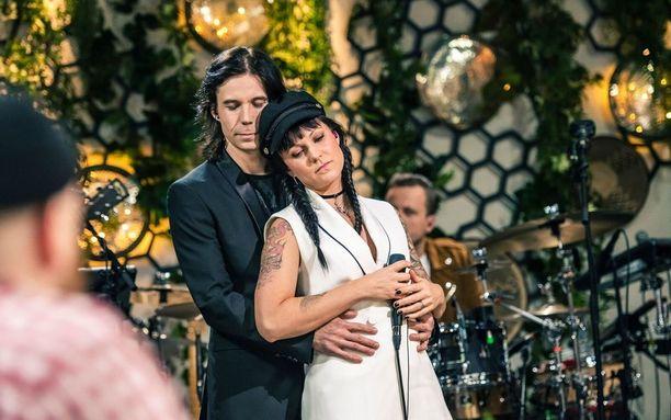 Mira Luoti ja AH Haapasalo esittivät dueton Vain elämää -ohjelmassa.