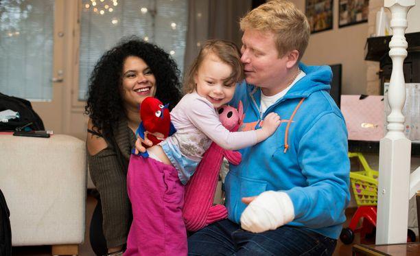 Sampo Kaulanen kuvattuna Michele-vaimonsa ja pariskunnan Rianna-tyttären kanssa maaliskuussa 2017.