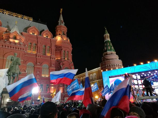 Ihmiset odottavat Vladimir Putinia Punaiselle torille.