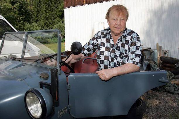 Al Caponen auto kuului vuonna 2007 kuolleen viihdetaiteilija Esko Rahkosen kokoelmiin. Kuvassa Rahkonen on kuitenkin vanhan Volvon ratissa.