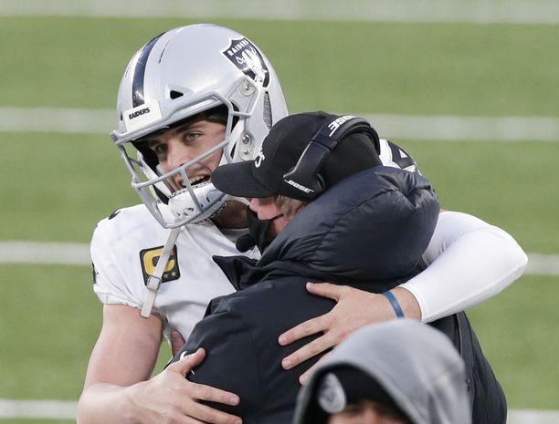 Raidersin pelinrakentaja Derek Carr johdatti joukkueensa erikoiseen voittoon.