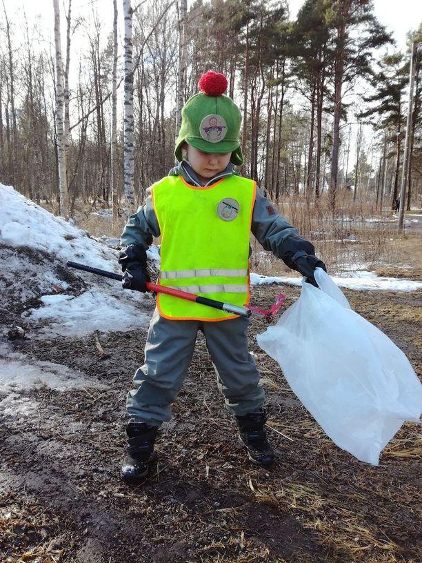 Alvarilla on hienot luontosiivoajan varusteet. Hän haaveilee vielä roskakepin vaihtopäästä, kärryistä ja sateenvarjosta.