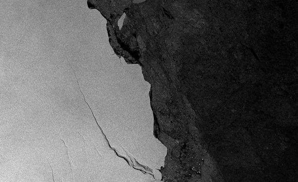 Tutkijat olivat seuranneet jäälohkareeseen syntyneen halkeaman kasvamista kuukausien ajan. (EPA)