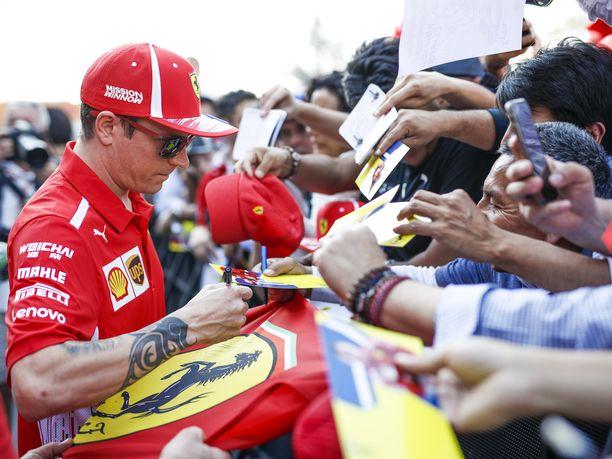 Kimi Räikkönen on äänestetty useita kertoja F1:n suosituimpien kuljettajien joukkoon. Hänen nimikirjoituksensa käyvät kaupaksi ympäri maailman.