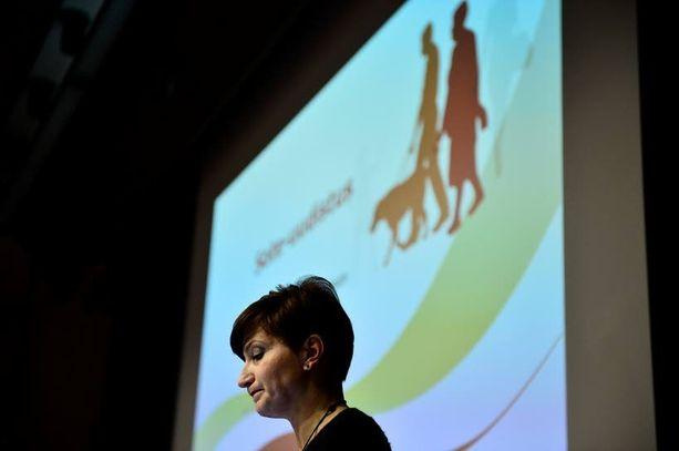 """Peruspalveluministeri Susanna Huovinen (sd) tuo sote-lain hallituksen päätettäväksi tänään. Hän varoitti keskiviikkona, että sotella ja kuntien valtionosuusuudistuksella on """"iso"""" vaikutus monen kunnan talouteen."""