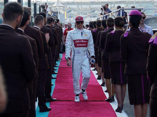 Tällaisella haalarilla Kimi Räikkönen ajoi kaudella 2019.
