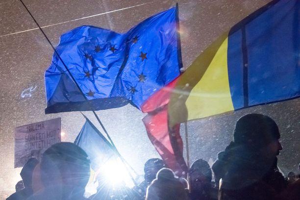 Romanian liput liehuivat pakkastuulessa Romanian pääkaupungissa Bukarestissa torstaina.