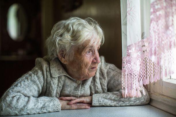 Yli 70-vuotiaille koronavirus on vaarallisempi, joten hallitus suosittelee heidän välttävän väkijoukkoja ja julkisia paikkoja etenkin ruuhka-aikaan.