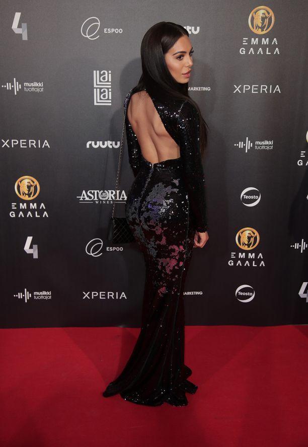 Sofia Ruusilan kaunis musta asu käänsi katseet.
