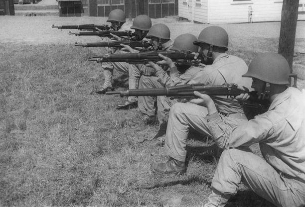 1940-luvun amerikkalaiseen sotilaskoulutukseen kuului ampumaharjoitusten ohella myös tiukka kuntokuuri.