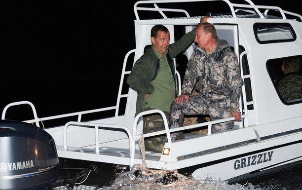 Vladimir Putin ja Dmitri Medvedev todistelivat välien olevan kunnossa kalastusreissulla.
