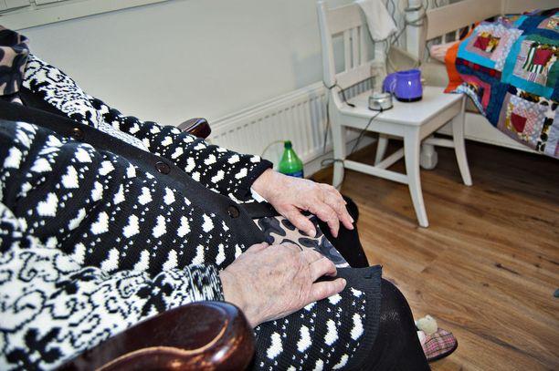 Kaupungin kotihoidossa aiemmin työskennellyt nainen valikoi kohteikseen iäkkäitä ja avuttomassa tilassa olevia uhreja.
