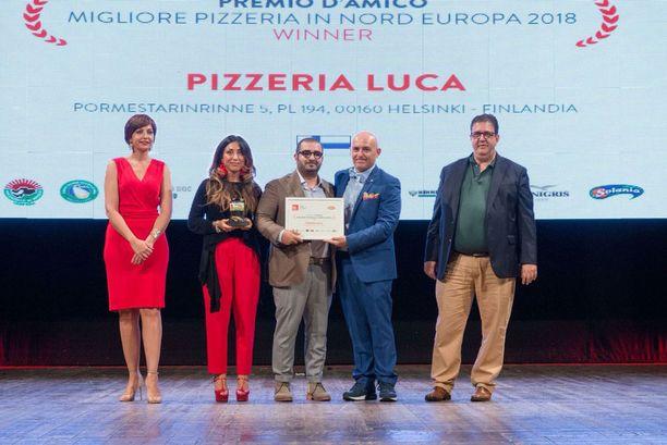 Luca Platania vastaanotti Pizzeria Lucan palkinnon 23.7.2018 Italiassa.