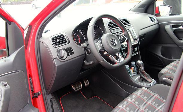 Punaista väriä on hillitysti käytetty korostamaan GTI:n tunnelmaa sisutuksessa. Golf GTI:stä tuttua ovat vaihdevalitsin ja nahkainen ohjauspyörä.