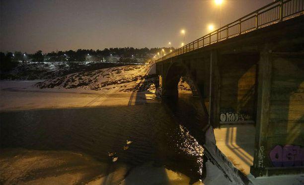 17-vuotias tyttö päätyi Ukko-Pekan sillalta mereen.