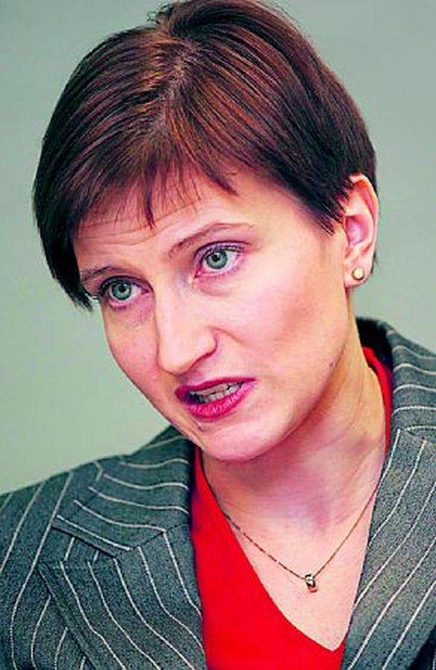 """Liikenneministeri Susanna Huovisen kannattaa painottaa merenkulun turvallisuutta. """"Läheltä piti"""" on koettu kovin usein."""