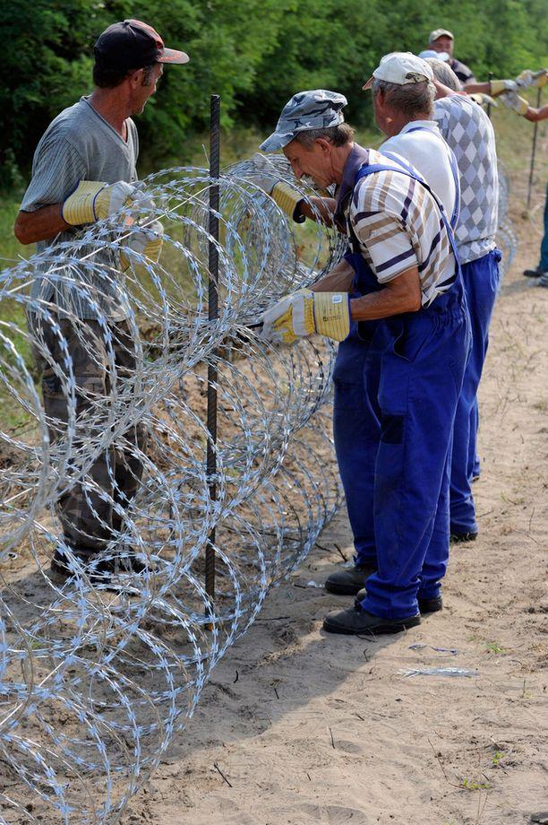 Unkari alkoi pystyttää aitan heinäkuussa ja se on pian valmis.